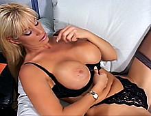 Vieille blonde à gros nichons en pleine scène porno