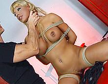 Blonde soumise dans une video bdsm