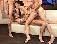 Jeune brune partouze avec des hommes